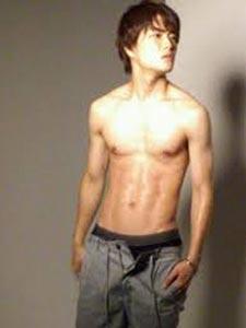 入江甚儀の筋肉はアスリート級で、写真集も大人気!!